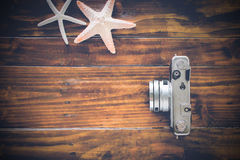 Appareil-photo de vintage sur le fond en bois photo stock