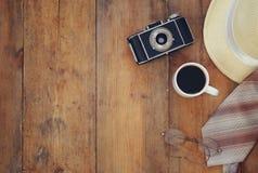 Appareil-photo de vintage, verres et chapeau de chapeau feutré sur la table en bois Photos stock