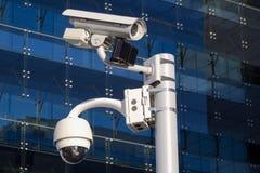 Appareil-photo devant un bâtiment en verre Image stock