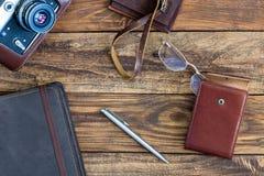 Appareil-photo en cuir d'articles et de photo de vintage sur le fond en bois photos libres de droits