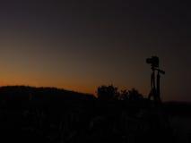 Appareil-photo et coucher du soleil images stock