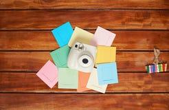 Appareil-photo instantané sur les cadres colorés Image stock
