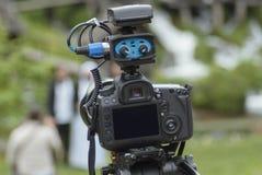 Appareil-photo moderne avec la MIC sur la nature d'enregistrement de trépied photo stock