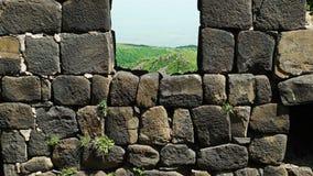 Appareil-photo montrant un mur de briques et une fenêtre antiques dans elle banque de vidéos