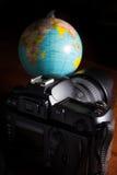 Appareil photo numérique avec le globe Images stock
