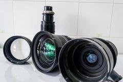 Appareil photo numérique de filtre de lentille de nettoyage par l'alcool Images stock
