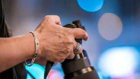 Appareil photo numérique de With A de photographe photos libres de droits