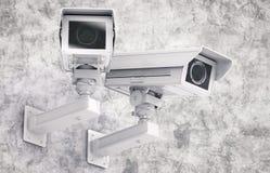 Appareil-photo ou caméra de sécurité de télévision en circuit fermé sur le fond de ciment Photos stock