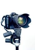 Appareil-photo professionnel de DSLR avec le zoom de téléobjectif sur le trépied Images libres de droits