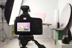 Appareil-photo professionnel sur le trépied dans le studio, plan rapproché photographie stock libre de droits