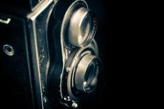 Appareil-photo réflexe jumel de vintage d'isolement sur le noir images libres de droits