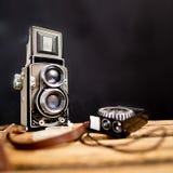 Appareil-photo réflexe de vieille jumeau-lentille avec le mètre léger Images stock