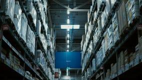 Appareil-photo se déplaçant par le grand entrepôt ou centre commercial Hautes étagères avec plusieurs de marchandises pour la rép clips vidéos