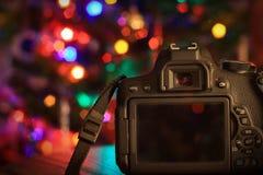 Appareil-photo sous un arbre de Noël Photos libres de droits