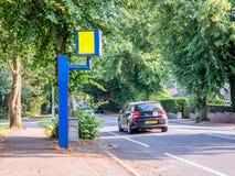 Appareil-photo statique BRITANNIQUE de vitesse ou de sécurité de vue de jour sur la route Image stock