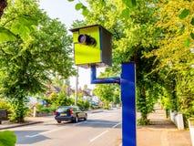 Appareil-photo statique BRITANNIQUE de vitesse ou de sécurité de vue de jour sur la route Photographie stock
