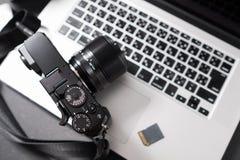 Appareil-photo sur l'ordinateur portable photographie stock libre de droits