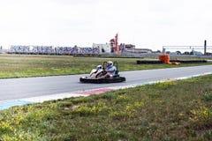 Appareillez karting voie de kart et conducteur de kart sur le père et le fils de voie pendant les vacances actives de famille d'é photos libres de droits