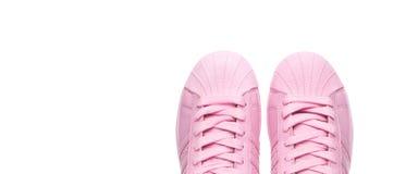 Appareillez les chaussures de course roses du ` s de femmes sur le fond blanc Photos libres de droits