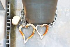 Appareillez les coeurs d'amour en métal avec la serrure sur le pont Tradition de mariage Photo libre de droits