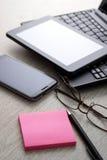 Appareils électroniques sur la table en bois Image libre de droits