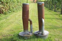 Appareils de chauffage extérieurs avec des réservoirs de carburant dans un jardin ou un domaine Image libre de droits
