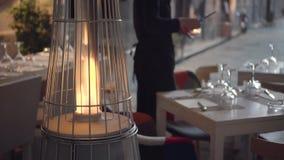 appareils de chauffage de gaz extérieurs en forme de pyramide dans un café Les bougies de lumières de serveur clips vidéos