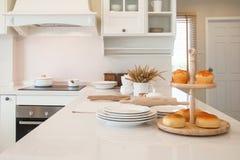 Appareils de cuisine dans la cuisine blanche Photographie stock