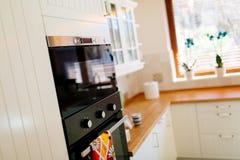 Appareils de cuisine dans un intérieur contemporain images stock