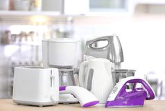 Appareils de ménage et de cuisine sur la table à l'intérieur Image libre de droits