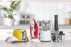 Appareils de ménage et de cuisine sur la table à l'intérieur Images stock