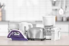 Appareils de ménage et de cuisine sur la table à l'intérieur Image stock
