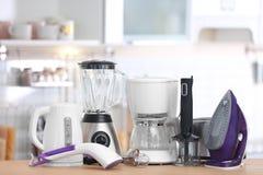 Appareils de ménage et de cuisine sur la table à l'intérieur photo stock