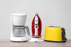 Appareils de ménage et de cuisine sur la table Photos stock