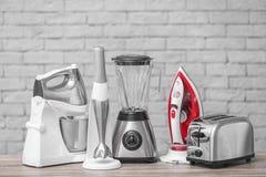 Appareils de ménage et de cuisine sur la table images libres de droits