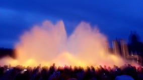 Appareils-photo dans la foule à la fontaine magique Image libre de droits