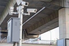 Appareils-photo de télévision en circuit fermé installés le long de la route sur le contrôle de sécurité images stock