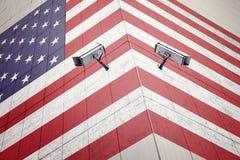 Appareils-photo de télévision en circuit fermé sur le mur de frontière avec le drapeau peint des Etats-Unis photo libre de droits