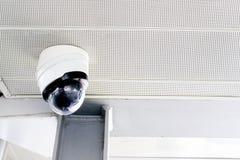Appareils-photo de télévision en circuit fermé sur le plafond photographie stock