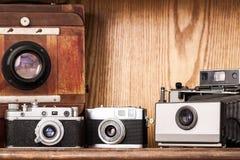 Appareils-photo de vintage sur le fond en bois Photos libres de droits