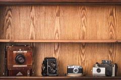 Appareils-photo de vintage sur le fond en bois avec l'espace de copie Photos libres de droits