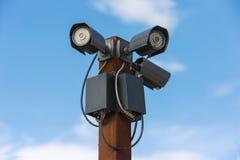 Appareils-photo du degré de sécurité trois de télévision en circuit fermé contre sur le ciel Photo libre de droits
