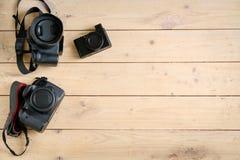 Appareils photo numériques sur la table en bois Photo libre de droits