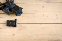 Appareils photo numériques sur la table en bois Photographie stock libre de droits