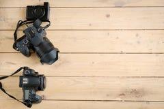 Appareils photo numériques sur la table en bois Image libre de droits