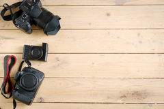 Appareils photo numériques sur la table en bois Images libres de droits