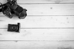 Appareils photo numériques sur la table en bois Images stock