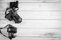 Appareils photo numériques sur la table en bois Photos stock