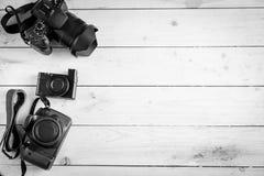 Appareils photo numériques sur la table en bois Photo stock