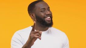 Apparence afro-américaine d'homme je vous choisis geste, indiquant le doigt la caméra clips vidéos